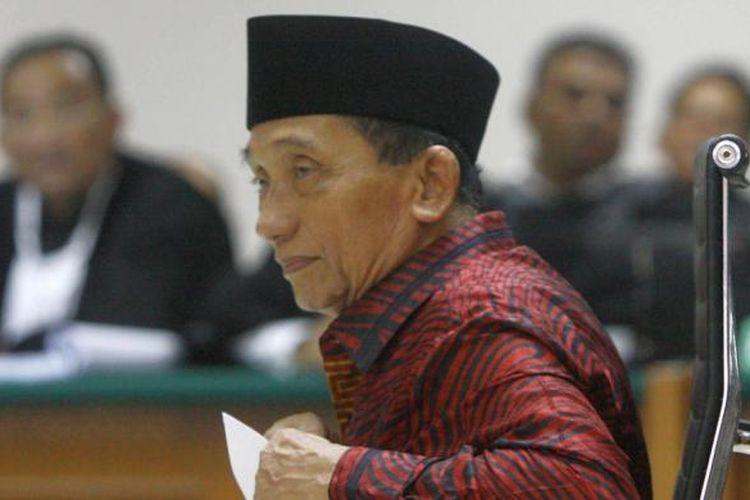 Mantan Bupati Bangkalan Fuad Amin Imron menjalani sidang perdana di Pengadilan Tindak Pidana Korupsi (Tipikor), Jakarta Selatan, Kamis (7/5/2015). Fuad dijerat dengan tiga dakwaan. Yang pertama, terkait penerimaan uang dari PT Media Karya Sentosa. Penerimaan itu dikategorikan saat Fuad masih menjabat sebagai Bupati Bangkalan dan setelah menjadi Ketua DPRD Bangkalan. Selain itu, Fuad juga dijerat dengan pasal pencucian uang. ?Dia dijerat dengan Pasal 3 Undang-undang Nomor 8 Tahun 2010. Sedangkan, pada dakwaan ketiga, KPK memperdalam pencucian uang Fuad sebelum tahun 2010. Pasal yang digunakan adalah Pasal 3 ayat (1) huruf a dan c UU Nomor 15 Tahun 2002.