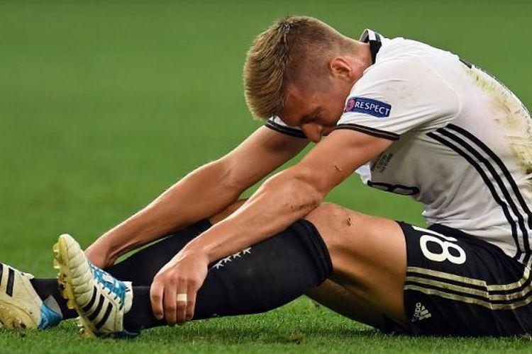 Toni Kroos meratapi Jerman dari Perancis pada semifinal Piala Eropa di Stade Velodrome, Kamis (7/7/2016).