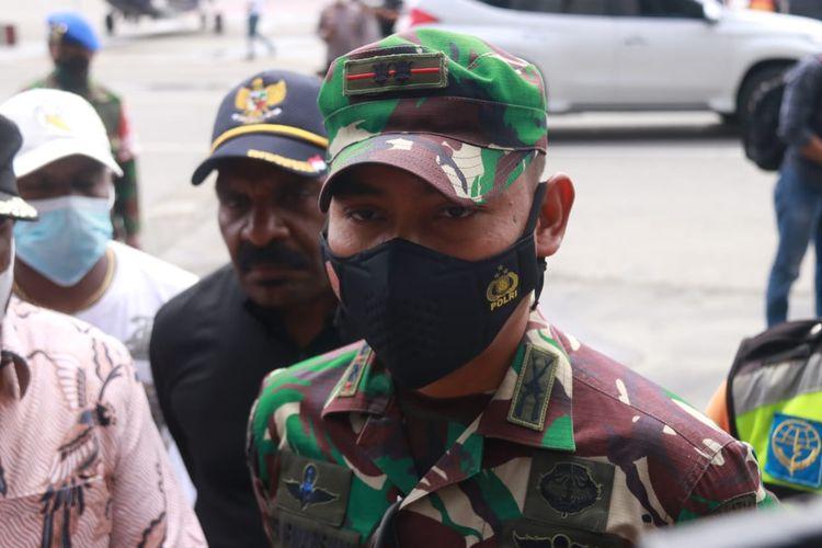 Dandim Puncak Jaya Letkol Inf. Rofi Irwansyah didampingi Bupati Puncak Willem Wandik (Kompas.com/ Irsul Panca Aditra)