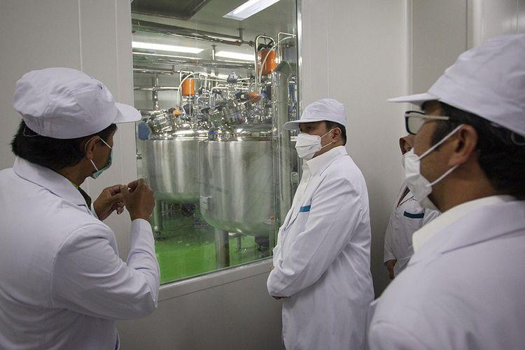 Menteri Badan Usaha Milik Negara (BUMN) Erick Thohir (tengah) saat meninjau fasilitas produksi vaksin COVID-19 di kantor Bio Farma, Bandung, Jawa Barat, Selasa (4/8/2020). Menteri BUMN Erick Thohir menyatakan PT Bio Farma (Persero) telah mampu memproduksi vaksin COVID-19 dengan kapasitas 100 juta vaksin.