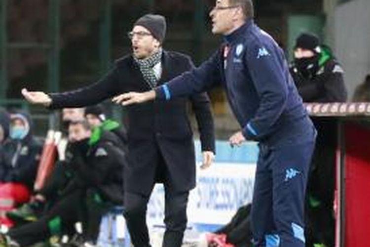 Gerak tubuh pelatih Napoli, Maurizio Sarri (kanan) dan pelatih Sassuolo, Eusebio Di Francesco, ketika kedua tim bertemu pada pertandingan Serie A di San Paolo, Naples, Sabtu (16/1/2016).