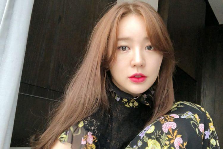 Yoon Eun Hye berperan sebagai aktris yang sangat sukses bernama Yoon Yoo Jung dalam Love Alert.