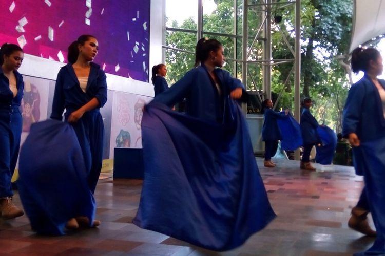 Peserta UBS Gold Dance Competition dari SMA Negeri 70 Jakarta Selatan pada roadshow di Mal Gandaria City, Rabu (11/9/2019).   Pada September ini, dua zona perlombaan berlangsung di dua lokasi yakni GOR Bulungan (Jakarta Selatan) dan GOR Pulo Gadung (Jakarta Timur).