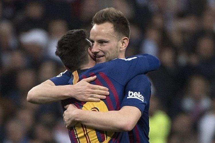 Ivan Rakitic memeluk Lionel Messi seusai mencetak gol pada pertandingan El Clasico, Real Madrid vs Barcelona, di Stadion Santiago Bernabeu dalam lanjutan La Liga Spanyol, 2 Maret 2019.