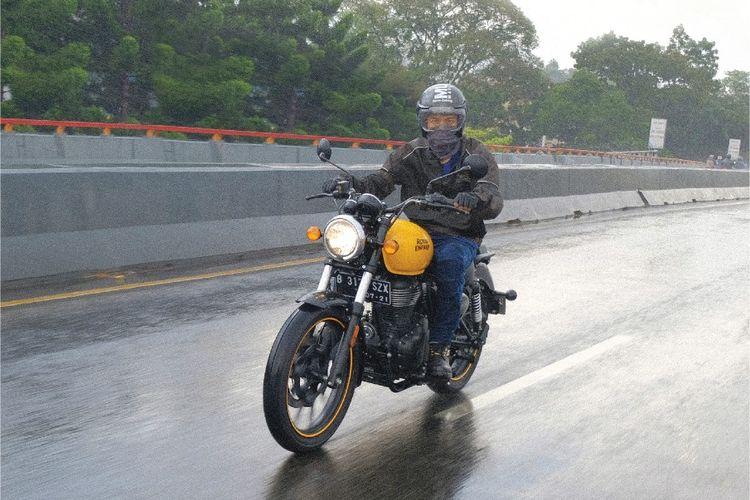 Bisma Karisma mantan personel Sm*ash keranjingan berkendara dengan sepeda motor.