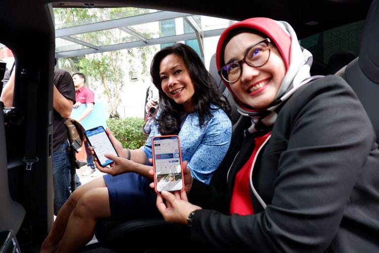Direktur Utama Telkomsel, Emma Sri Martini (kanan), dan Direktur Utama PT Blue Bird Tbk, Noni Purnomo (kiri).