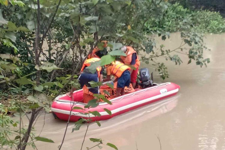 Proses evakuasi sosok jenazah perempuan yang ditemukan di sebuah aliran sungai di Dusun Juwet, Desa Kedunglosari,  Kecamatan Tembelang, Kabupaten Jomban, Jawa Timur, Sabtu (8/2/2020).