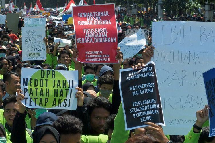 Mahasiswa dari berbagai perguruan tinggi berjalan kaki sambil membawa poster saat berunjuk rasa menolak UU KPK hasil revisi dan RUU KUHP, di Semarang, Jawa Tengah, Selasa (24/9/2019). Unjuk rasa yang diikuti ribuan mahasiswa itu menuntut dilakukannya peninjauan kembali atas UU KPK hasil revisi ke Mahkamah Konstitusi, dukungan terhadap KPK, dan menolak rencana pengesahan RUU KUHP.