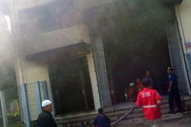 Mesin pompa penyediaan air baku Perum Jasa Tirta (Palyja) di Jalan Kalimalang, Jatinegara, Jakarta Timur, terbakar pada Sabtu (3/8/2013 siang.
