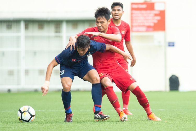 Aksi pemain Timnas U-23 Indonesia, Witan Sulaeman, dalam pertandingan melawan Timnas U-23 Thailand pada semifinal Merlion Cup 2019 di Stadion Jalan Besar Singapura, 7 Juni 2019.