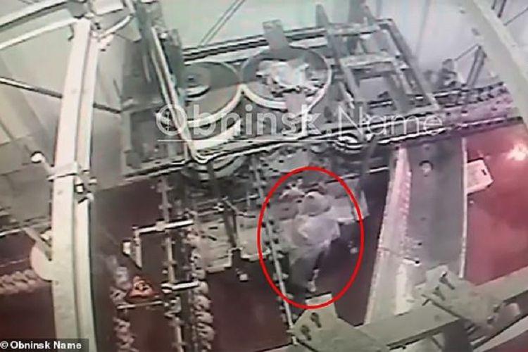 Potongan gambar di kamera pengawas memerlihatkan seorang pekerja perempuan tengah memilah ayam di peternakan di Rusia. Perempuan itu tewas setelah dia tersedot ke dalam mesin penggiling daging raksasa.