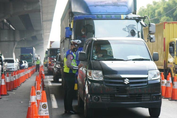 Kendaraan yang melintasi penyekatan di jalan tol saat larangan mudik Lebaran 2021