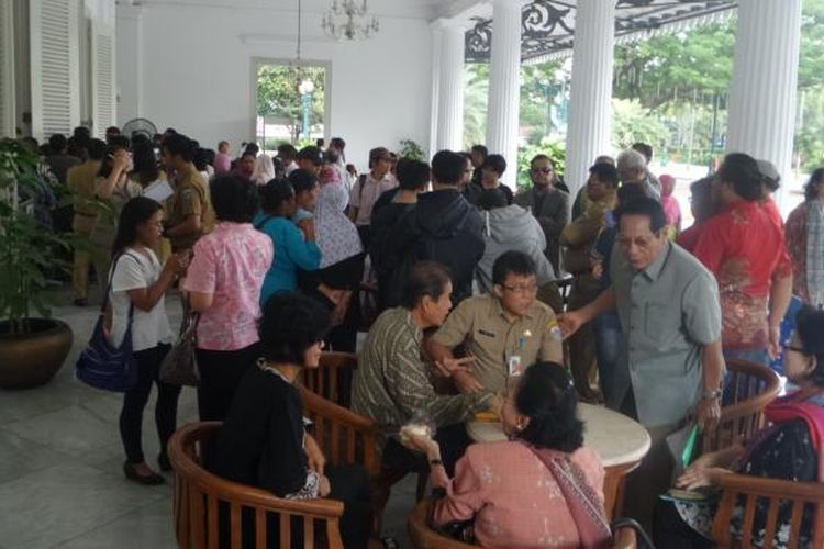 Sejumlah staf Gubernur DKI Jakarta Basuki Tjahaja Purnama saat melayani adua warga di Balai Kota