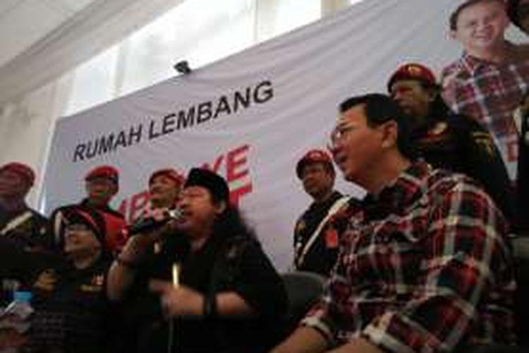 Presiden Front Betawi Bersatu Amirullah (memegang mic) beserta sejumlah anggotanya saat mendatangi Rumah Lembang di Menteng, Jakarta Pusat, Jumat (18/11/2016). Kedatangan mereka bertujuan untuk mendeklarasikan dukungannya untuk calon gubernur DKI Jakarta nomor dua, Basuki Tjahaja Purnama alias Ahok.