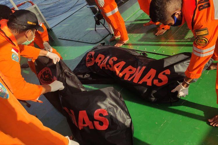 Tim dari Kantor Pencarian dan Pertolongan (SAR) Kupang, Nusa Tenggara Timur (NTT), menemukan dua orang penumpang kapal nelayan yang tewas