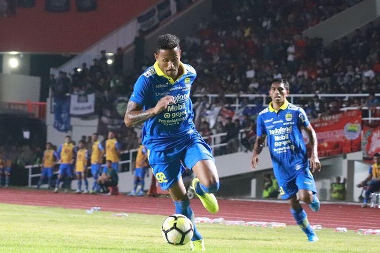 Striker asing Persib Bandung,Wander Luiz menunjukkan kecepatannya dalam menggiring bola pada laga uji coba Persis Solo vs Persib Bandung di Stadion Manahan, Solo, Sabtu (15/2/2020).