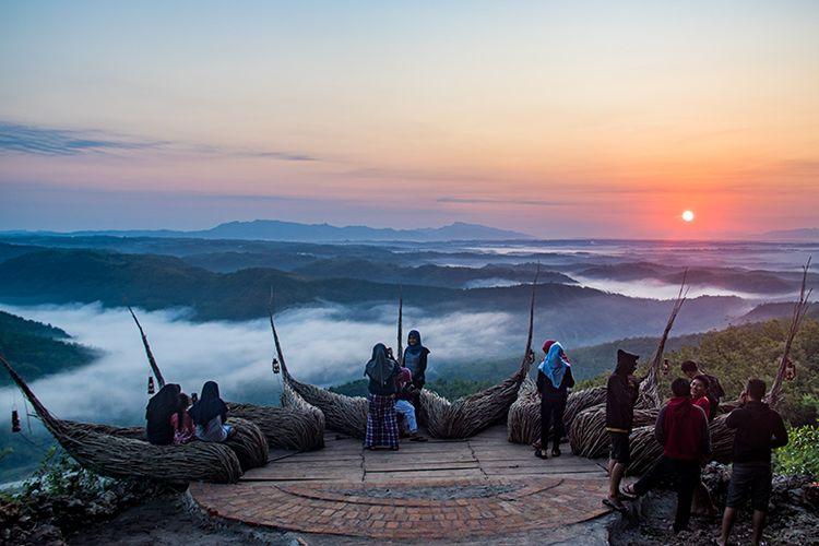 Matahari Terbit di Geoforest Watu Payung Turunan.