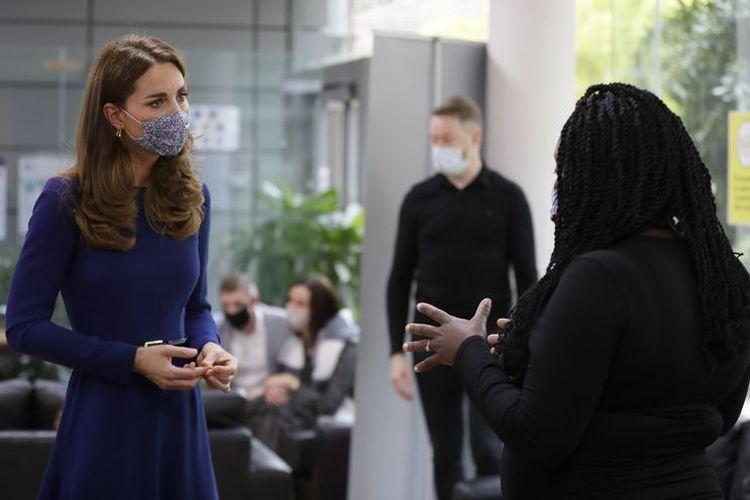Kate Middleton memilih gaun dan masker berwarna senada.