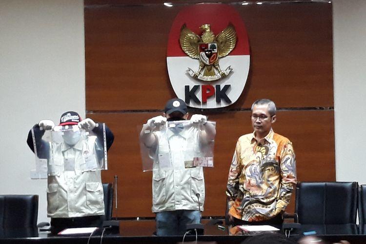 Wakil Ketua KPK Alexander Marwata dan penyidik KPK menunjukkan barang bukti uang dalam jumpa pers di Gedung KPK Jakarta, Jumat (5/10/2018).
