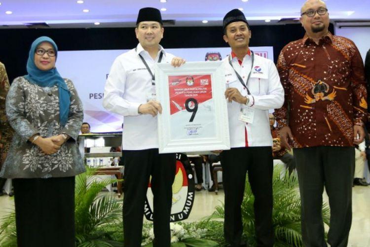 Ketua Umum Perindo Harry Tanoesoedibjo (ketiga dari kiri) menunjukkan nomor urut 9 saat Pengambilan Nomor Urut Partai Politik untuk Pemilu 2019 di Gedung Komisi Pemilihan Umum (KPU), Minggu (18/2/2018). Empatbelas partai politik (parpol) nasional dan empat partai politik lokal Aceh lolos verifikasi faktual untuk mengikuti Pemilu 2019.