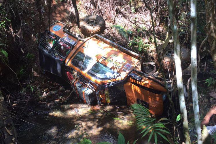 Salah satu mobil peserta terperosok ke jurang sedalam 20 meter.