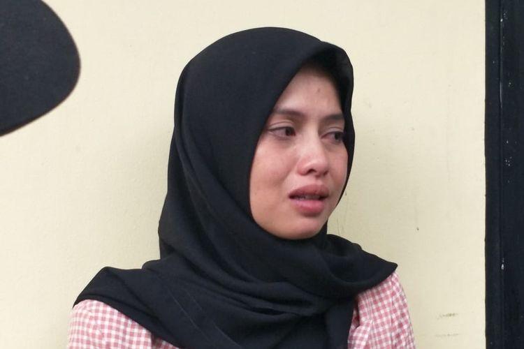Istri Zul Zivilia, Retno Paradinah menangis saat diwawancarai usai sidang pledoi Zul di Pengadilan Negeri Jakarta Utara, Senin (16/12/2019).