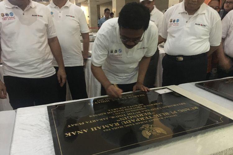 Gubernur DKI Jakarta Djarot Saiful Hidayat telah menandatangani 94 prasasti dari 100 prasasti untuk peresmian Ruang Publik Terpadu Ramah Anak (RPTRA) di Monas, Minggu (8/10/2017).
