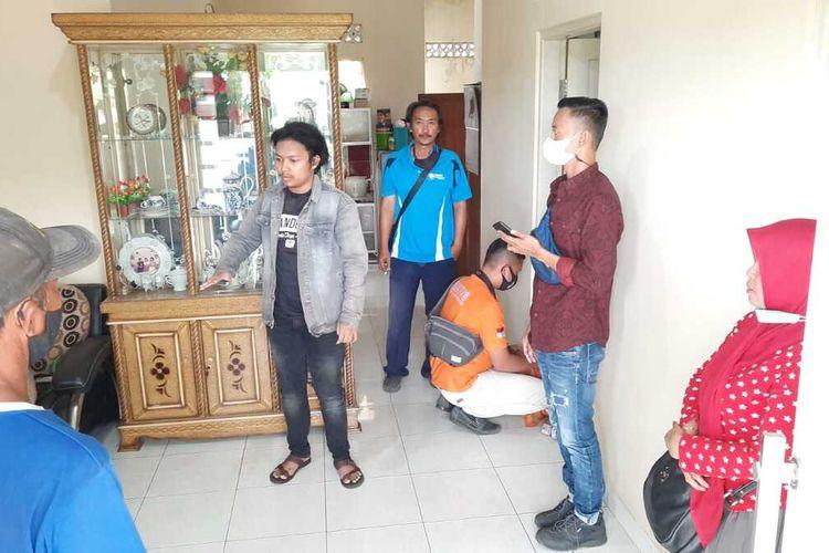 Foto-foto petugas Inafis Satreskrim Polresta Tasikmalaya memeriksa tempat kejadian perampokan membawa senjata di siang bolong kepada seorang pemuda yang sedang sendirian di rumahnya di Kecamatan Bungursari, Kota Tasikmalaya pada Jumat (30/7/2021) siang.