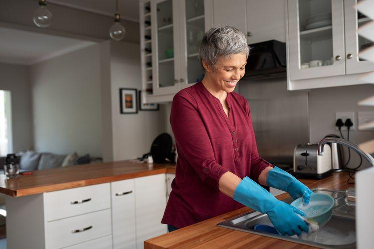 Mencuci piring merupakan salah satu aktivitas fisik yang dapat dilakukan di rumah