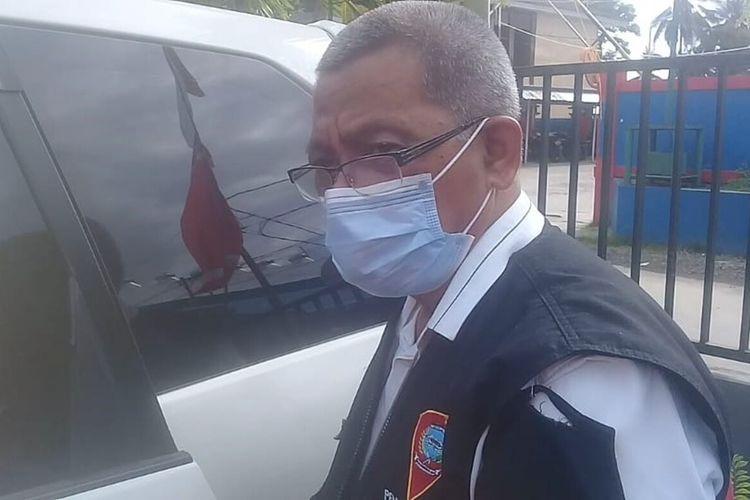 Kepala Dinas Koperasi dan UKM Kota Ambon, Marthin Keiluhu keluar dari kantor BPKP Perwakilan Maluku usai menjalani pemeriksaan dari KPK, Jumat sore (25/6/2021)