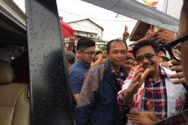 Calon wakil gubernur DKI Jakarta, Djaro Saiful Hidayat saat memasuki mobil usai blusukan di Kelapa Dua Wetan, Ciracas, Jakarta Timur, Senin (16/1/2017).