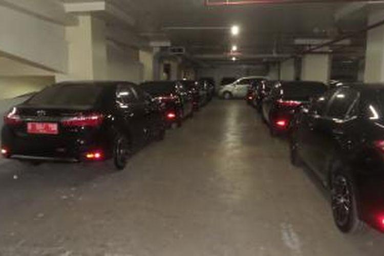 Puluhan mobil sedan merek Toyota Corolla Altis yang terparkir di basement Gedung DPRD DKI, Rabu (2/9/2015). Kendaraan-kendaraan yang baru saja dibeli ini rencananya akan digunakan sebagai mobil dinas anggota DPRD DKI.
