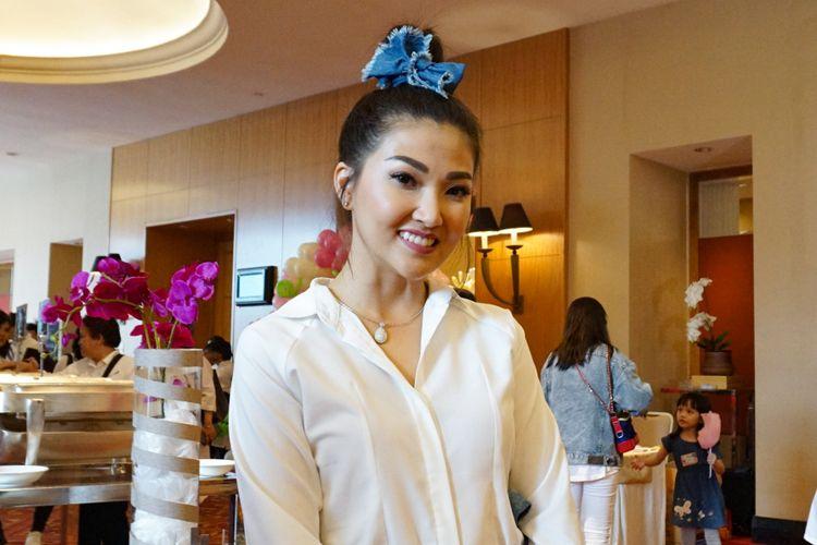 Penyanyi Sarwendah Tan saat menghadiri ulang tahun Pertama putri Andhika-Ussy, Sheva Elmira Lorrenia di JW Marriot Hotel, Mega Kuningan, Jakarta Selatan, Minggu (4/3/2018).