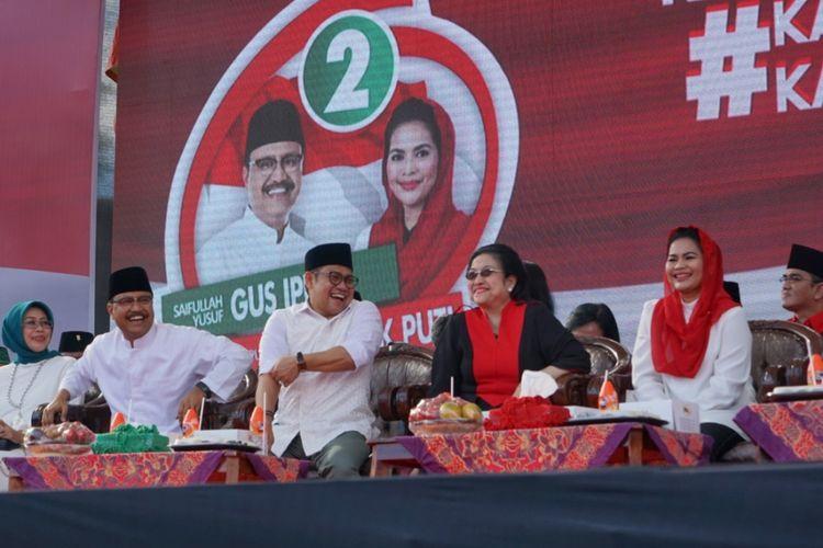 Ketua Umum PDI-Perjuangan Megawati Soekarnoputri dan Ketua Umum Partai Kebangkitan Bangsa (PKB) Muhaimin Iskandar menghadiri kampanye pasangan Saifullah Yusuf (Gus Ipul)-Puti Guntur Soekarno di Lapangan Gulun, Madiun, Jawa Timur, Kamis (21/6/2018).