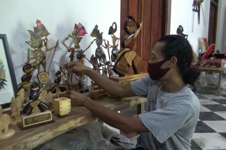 Joko Suwiono, warga asal Desa Mojorejo, Kecamatan Kebonsari, Kabupaten Madiun, Jawa Timur menyulap limbah kayu menjadi karya seni wayang kayu yang menarik. Peminat wayang kayu buatan Joko mulai dari lokal hingga luar negeri.