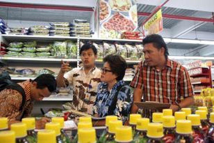 Tim Pemeriksa BPOM Manado melakukan sidak ke sejumlah pasar swalayan dan pasar tradisional yang ada di Manado, untuk memastikan produk makanan dan minuman yang dijual aman untuk dikonsumsi.