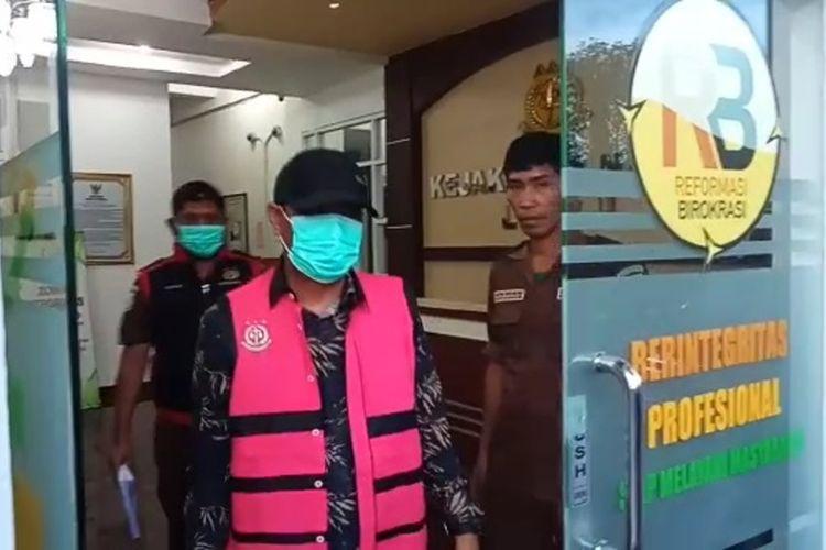 IS pknum Kepala Desa Tirowali Kecamatan Ponrang ditahan Kejari Belopa Kabupaten Luwu atas dugaan tindak pidana korupsi penggelapan dana Pajak Bumi dan Bangunan (PBB) tahun 2014 hingga tahun 2020, Kamis (24/06/2021)