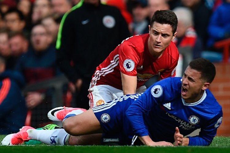 Gelandang Manchester United, Ander Herrera, terus mengawal playmaker Chelsea, Eden Hazard, sepanjang pertandingan Premier League di Stadion Old Trafford, Minggu (16/4/2017).