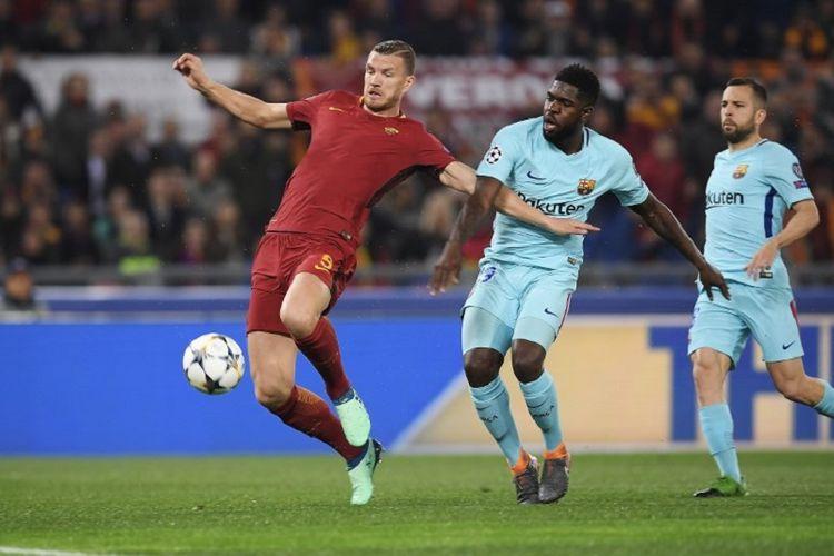 Penyerang AS Roma, Edin Dzeko (merah), mendapat penjagaan dari bek Barcelona, Samuel Umtiti, pada pertandingan perempat final Liga Champions di Stadion Olimpico, Selasa (10/4/2018).
