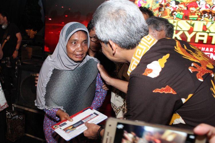 Gubernur Jawa Tengah Ganjar Pranowo membagikan Kartu Jateng Sejahtera (KJS) kepada keluarga miskin di Jawa Tengah. Pada 2017, Pemerintah Jawa Tengah menggelontorkan anggaran hingga Rp 38,29 miliar untuk 12.764 warga miskin penerima KJS.