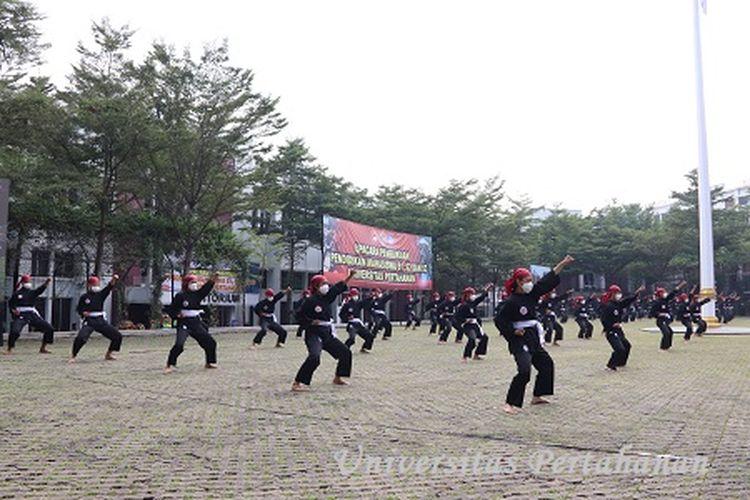 Mahasiswa Baru Unhan TA. 2020/2021, tamu undangan dipertunjukan bongkar pasang senjata Kadet Mahasiswa S1 Unhan serta Demo Pencaksilat Merpati Putih.
