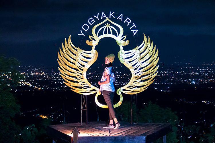Salah satu spot foto malam hari di Pintu Langit Dahromo, Bantul, Yogyakarta.