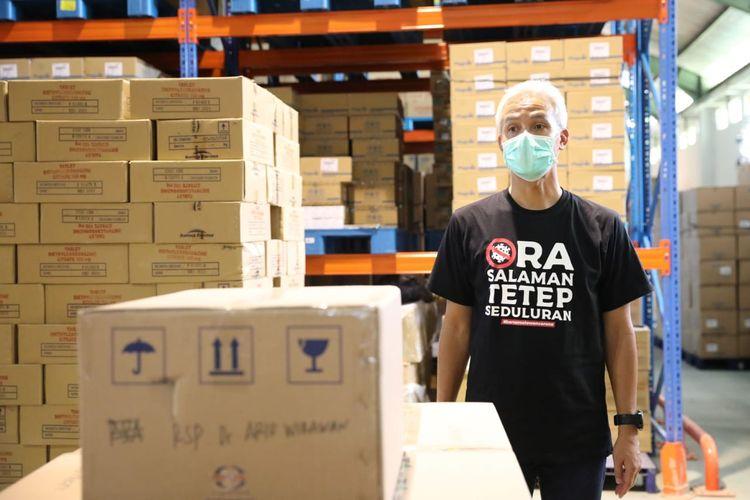 Gubernur Jawa Tengah Ganjar Pranowo saat melakukan pengecekan di gudang Dinas Kesehatan Jawa Tengah di Tambak Aji Ngaliyan Semarang.