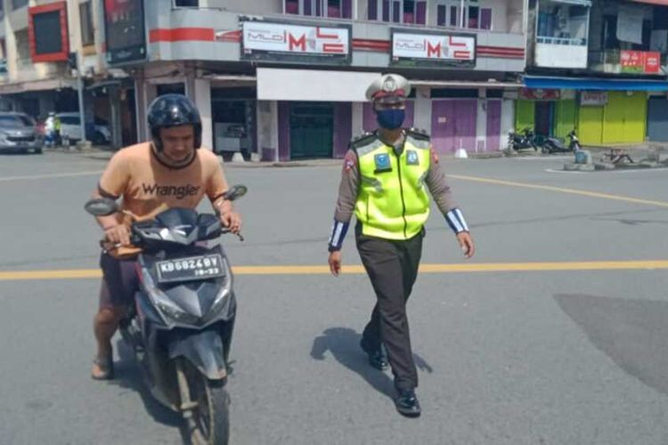 Pemerintah Kota Pontianak, Kalimantan Barat, bersama kepolisian menggelar razia masker bagi pengendara sepeda motor di sejumlah ruas jalan protokol. Hasilnya, sebanyak 23 orang terjaring dan disanksi sanksi kerja sosial membersihkan fasilitas umum selama 30 menit.