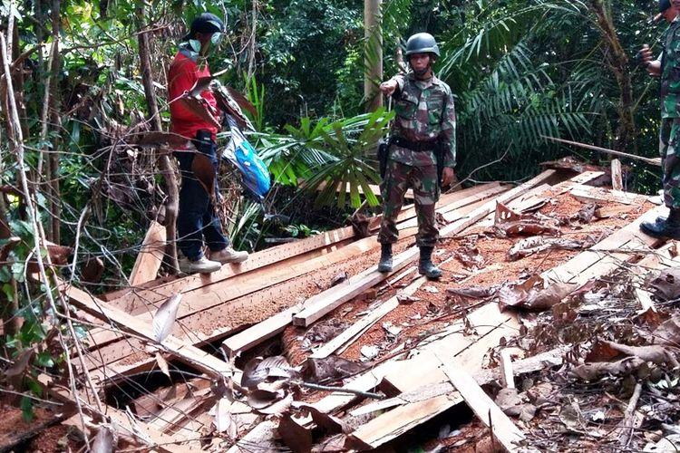 Kayu illegal logging di Hutan Lindung Pulau Nunukan ketika Satgas Pamtas Yonif 621/Manuntung melakukan patroli, Selasa (7/ 11) lalu. Selain mengamankan ratusan kubik kayu di 16 titik ditinggalkan oleh pelaku Satgas Pamtas juga mengamankan 2 kerbau.