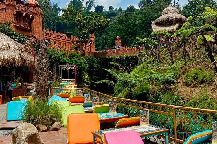 Jika kamu mencicipi kuliner khas Turki, kamu dapat menikmatinya sembari duduk lesehan di area dekat bantaran sungai buatan, Great Asia Afrika, Bandung, Jumat (17/1/2020).