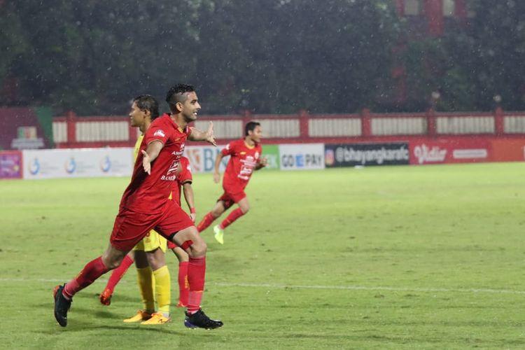 Bek Persija Jakarta, Otavio Dutra, merayakan gol ke gawang Bhayangkara FC pada laga Liga 1 2020 di Jakarta, Sabtu (14/3/2020). Ini adalah gol debut bagi sang pemain bersama Macan Kemayoran.