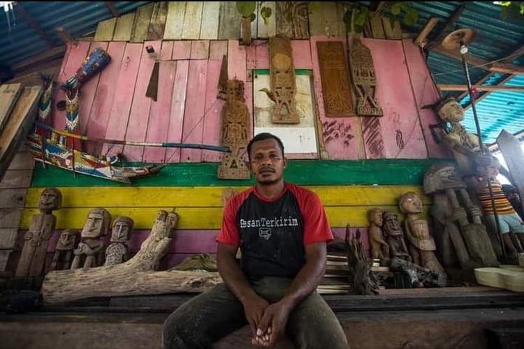 Pematung karwar, Oridek Suruan (36), di rumahnya, di tepi Pantai Pasir Putih, Kwawi, Manokwari Timur, Manokwari, Papua Barat, Sabtu (19/9/2020).