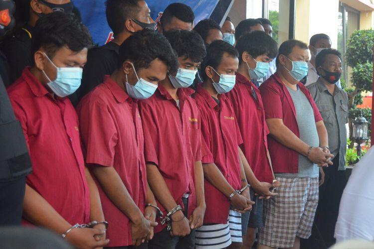 Enam orang tersangka kasus pembunuhan terhadap Jefri Wijaya alias Asiong (39) yang jasadnya ditemukan di jurang di Berastagi pada Jumat (18/9/2020) pagi. Asiong sebelumnya diculik, aniaya hingga tewas di Marelan, karena tidak kunjung menyelesaikan utang judi game online sebesar Rp 766 juta oleh seseorang bernama Andi kepada Edy Siswanto.
