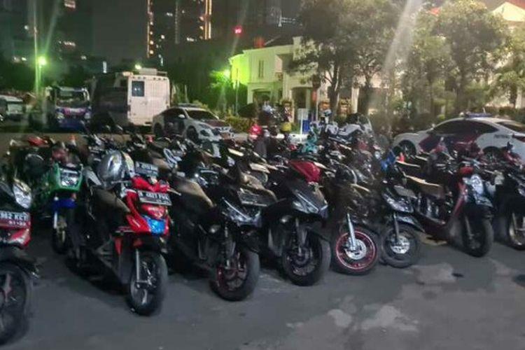 Direktorat Lalu Lintas Polda Metro Jaya melakukan pendindakan terhadap sejumlah pemotor yang menggelar aksi balap liar di Jalan Tentara Pelahar, Grogol Utara, Kebayoran Lama, Jakarta Selatan, Kamis (2/9/2021) dini hari.